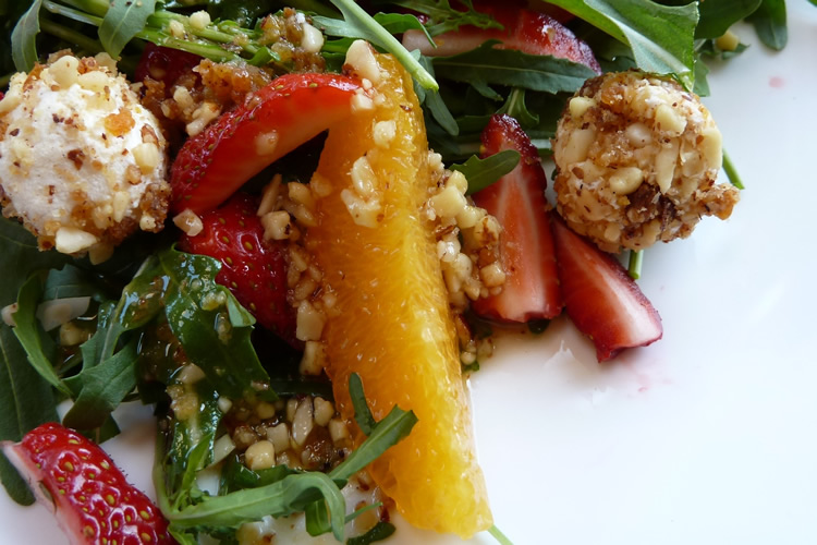 Rauke-Salat mit Ziegenkäse-Bällchen