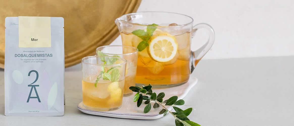 Kräutertee mit Olivenbaumblättern, Zitronenschalen, Eisenkraut